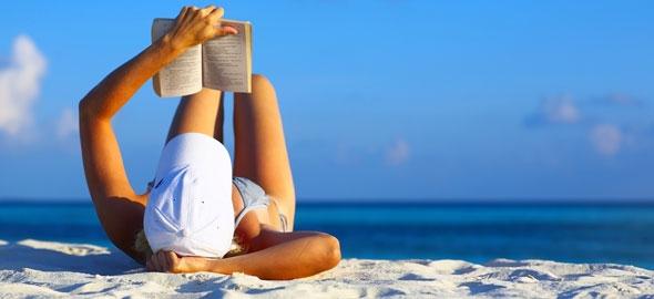 Αποτέλεσμα εικόνας για διαβασμα στην παραλία